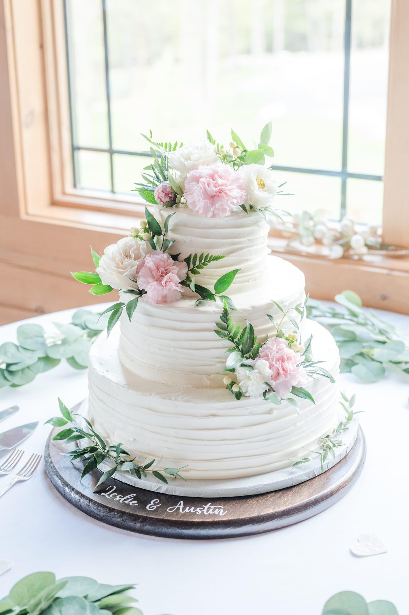 Wedding cake at Rolling Rails Lodge reception